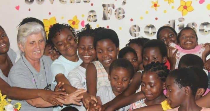 Lucilia Teixeira con niñas de Inharrime